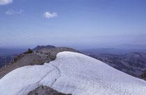 """Die Schneefelder boten sowohl beim Auf- wie auch beim Abstieg willkommene Kühlung. Der Mt. Lassen, der nach Indianerlegenden """"voll Feuer und Wasser ist und sich eines Tages selbst zerreisst,"""" wird seit 1917 von der US-Geologie-Behörde ständig überwacht."""