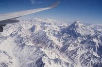 Wenn man von Argentinien (Buenos Aires) nach Santiago in Chile fliegt, überquert man den Aconcagua, den mit 6962 m höchsten Berg von Nord- und Südamerika. Effektiv ist es der höchste Berg der Welt ausserhalb Asiens.