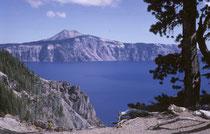 Vor 7700 Jahren der brach Vulkan Mount Mazama in S Oregon in einer gewaltigen Eruption aus und stürzte letztlich in sich zusammen. Im Krater zurück blieb ein spektakulärer, unreal blauer See von 8 km Durchmesser und mit 593 Meter der tiefste See der USA.
