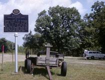 """Dieser erste """"Ölboom"""" in Pennsylvania führte rasch zur Gründung von grösseren Siedlungen, wie hier von Pitthole, im Jahre 1865. Von dieser damals lebendigen Stadt mit 15'000 Einwohnern, zeugen heute nur noch eine Erinnerungstafel und ein paar Mauerreste."""