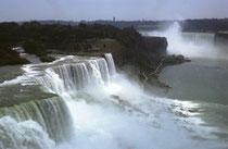 """Im Hintergrund ist der Horseshoe Fall (Hufeisen Fall) mit einer Kantenlänge von 670 m und einer Fallhöhe von 57 m. Die Grenze zwischen den USA und Kanada verläuft mitten durch diesen Wasserfall. Ich schrieb im Tagebuch """"Schlechterdings grossartig !"""""""