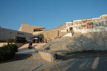 Im Crown Plaza Guesthouse in Wadi Musa, bzw. Petra verbrachten wir zwei Nächte. Der Stein unter dem das Wasser der Ain Musa-Quelle hervorquillt, soll die Spuren des Hirtenstabes zeigen, mit dem Moses das Wasser schlug.
