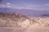 Blick vom Zabriskie Point im Death Valley NP, dem trockensten Nationalpark der USA. Die Region ist ein Hitzepol (höchste gemessene Lufttemperatur: 56,7°C, 1913). Der tiefste Punkt des Tales liegt 85,95 m unter dem Meeresspiegel. (s. auch Galerie USA IV).