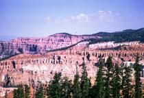 Cedar Breaks National Monument, Utah.Der kleine Park umfasst bizarre Erosionsformen im Sandstein eines Hanges auf der Westseite des Markagunt-Plateaus. Die Farben stammen von einem hohen Eisen- und Mangangehalt in den Gesteinsschichten.