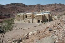 Die Fenyan Eco Lodge im Wadi Dana, am Eingang zum rund 300 qkm grossen Nationalpark.. Der Strom stammt hier aus einer Solaranlage. In der Nacht werden die Räumlichkeiten mit Kerzen beleuchtet. Lebensmittel stammen von Bauern der Umgebung.