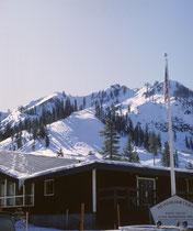 …und hier im westlich des Lake Tahoe in der Sierra Nevada auf 1890 m Höhe gelegenen Wintersportorts Squaw Valley, wo 1960 die VIII. Olympischen Winterspiele ausgetragen wurden. Eine Seilbahn und diverse Skilifte bringen die Besucher bis auf 2700m Höhe.