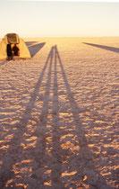 Als die Sonne sich langsam über den Horizont erhob, warfen wir in der topfebenen, bizarren Landschaft fröstelnd etwa 100 Meter lange Schatten. Und dabei reifte der Entschluss bei nächster Gelegenheit, warme Wolldecken zum Schlafen im Zelt zu kaufen.