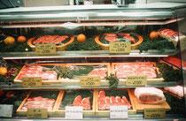 Rindfleisch in der Auslage in einem Supermarkt. Die Preise sind beachtlich hoch (teurer als Walfleisch). Kurs: 117 japanische Yen = 1.- Fr.