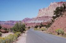 Vom Capitol Reef Nationalpark fuhren wir ostwärts zum Canyonlands Nationalpark und zwar nicht durch Nationalparkgebiet. Dennoch konnten wir uns an den prächtigen Landschaften links und rechts der Strasse fast nicht satt sehen.