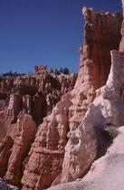 Der Ausflug geht bis auf den Grund des Canyons und führt dann allmählich wieder hoch auf das Plateau.Aufgrund der Lichtverhältnisse sieht der Himmel von der Tiefe des Canyons aus betrachtet, tatsächlich so unwirklich tiefblau aus.