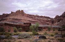 Der Capitol-Reef-Nationalpark in Utah wurde 1971 eingerichtet, nachdem er bereits 1937 zum National Monument ernannt worden war. Der Name stammt von einem Gebiet in der Nähe des Fremont River, das die ersten Pioniere an ein Riff erinnerte.
