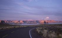 """Der quasi in eine Wüstenlandschaft hinein konstruierte Stausee ist je nach Lichtverhältnissen von irrealer Schönheit. 1972 wurde die """"Glen Canyon National Recreation Area"""" eingerichtet, welche jährlich von mehr als 3 Millionen Besuchern genutzt wird."""