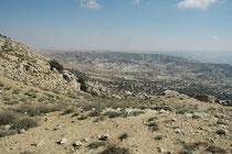 Wir befinden uns immer noch auf demselben  Pass, SW von At-Tafila in der Nähe von Snafha, schauen aber vom jordanischen Hochland in die Tiefe des Wadi Dana und den Dana Nationalpark.