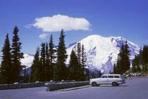 Auf gut ausgebauten Strassen kann man in den Mount-Rainier-Nationalpark hineinfahren und kommt so dem beeindruckenden von 90 km2 Gletscher und ewigem Schnee bedeckten Bergriesen ziemlich nahe. (Im Vordergrund ist unser Nash-Rambler 1959 parkiert).