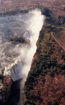 Was Livingstone, als er die Wasserfälle erstmals sah, so erschüttert hat, hat sich bis heute nicht geändert: Es scheint, als versinke der Zambezi in einer Wolke von feinster Gischt mit donnerndem Getöse plötzlich in der Erde.