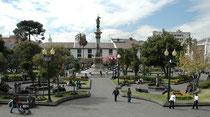 """""""Plaza de la Independencia"""" in Quito, der wichtigste Platz der Stadt. (Denkmal für die Unabhängigkeitshelden, Carondelet Palast [Sitz des Staatspräsidenten], Kathedrale der Hauptstadt, Palast des Erzbischofs, Municipal Palace und das Hotel """"Plaza Grande"""")"""