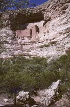 """Die Ruinen von Palatki (Hopi: """"Rotes Haus"""") in der Nähe von Sedona. Diese Felsbehausungen wurden um 1150 n. Chr. vom Volk der Sinagua erbaut und um ca. 1400 n. Chr. in kurzer Zeit aus bisher unbekannten Gründen verlassen."""