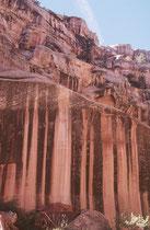 """Auch wir durchschritten den historischen """"Blue Dugway"""" und gelangten so in eine wilde, spektakuläre offenere Landschaft mit eindrücklichen Felsformationen. (weitere Bilder des Capitol Reef NPs befinden sich in der Galerie USA IV)."""