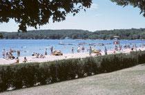 """Der zweite Stopp am 1. August galt """"Lake Geneva"""", in Wisconsin. Ein schmucker, fast feudaler Ferienort (""""Newport oft he West"""") am gleichnamigen See, wo von 1850 – 1920 die Öl-, Holz-, Stahl-, Zement- und Rinderbarone ihre Villen und Häuser hatten."""