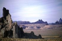 In der Nähe des Grand Canyon ist das Monument Valley (s. auch USA III und USA IV). Aber auch ausserhalb des bekannten Monument Valley, wie hier, finden sich in der Region, eindrückliche und bizarre, teilweise riesige Felsformationen in der Landschaft.