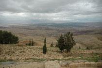 Vom Mount Nebo (880 m ü. M.) soll Moses in das gelobte Land hinab geschaut haben, bevor er starb, ohne es selbst betreten zu haben. Moses soll auch auf dem Berg Nebo begraben worden sein. Man sieht das Jordantal, das Tote Meer und die Hügel von Jerusalem.