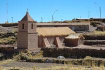 Diese Kirche in Socaire ist mit ihren Lehmziegeln und dem Strohdach in einer sehr traditionellen Weise gebaut.