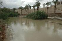 Etwa 7 km nördlich der Mündung des Jordans ins Tote Meer liegt die Stelle, wo Johannes der Täufer gelebt und gewirkt haben und wo auch Jesus selbst die Taufe empfangen haben soll. Damals war der Jordan etwa 300 m breit. (Blick von Jordanien nach Israel).