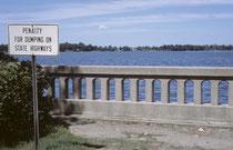 """Nach einem Tag in Chicago, sollte der 1. August 1963 gebührend gefeiert werden. Zuerst besuchten wir das 1896 gegründete """"Lake Zurich"""", Illinois, am gleichnamigen, ursprünglich von Bibern gestauten See (auch hier mag man es offensichtlich sauber)."""