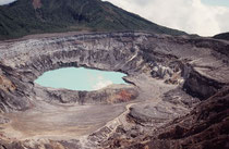Der 300 Meter tiefe Hauptkrater des Vulkans Poas mit seinem giftigen, grünlichen, blubbernden Kratersee.