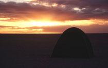 In der Makgadikgadi-Salzpfanne stellten wir zum ersten Mal auf dieser Reise unser Camp auf. Ein Feuer wurde entfacht, Jeremy, unser Guide, kochte ein leckeres Nachtessen und wir genossen einen unglaublichen Sonnenuntergang und eine ganz stille Sternennach