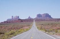 Das Monument Valley liegt in n einer Höhe von fast 1900 m. Niederschläge, Temperaturunterschiede sowie der Wind haben wesentlich dazu beigetragen, die heutige Landschaft zu formen. Es ist heute für die Navajo ein heiliger Ort.