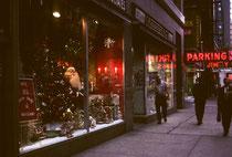 """Unten in den Wolkenkratzerschluchten Chicagos ist es aber auch am helllichten Tag fast dunkel. Wir staunten nicht schlecht auf ein Geschäft zu stossen, das - im Juli - nur Weihnachtsartikel anbot: """"Only 149 more days til Christmas""""…"""