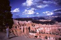 Die faszinierende Felslandschaft lässt sich im Bryce Canyon NP nicht nur von oben betrachten, sondern man kann auf Wegen unterschiedlichen Schwierigkeitsgrades auf den Grund des Canyons hinunter wandern und das Ganze aus anderer Perspektive anschauen.