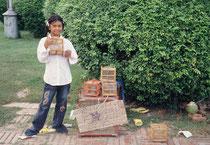 Auf dem Gelände von Autthaya bieten kleine Mädchen lebende Vögel in kleinen Käfigen (ohne Futter und Wasser) zum Verkauf an. Wer einen Vogel kauft, öffnet den Käfig und lässt ihn sogleich wieder frei. Das soll Glück bringen – vor allem wohl dem Vogel…