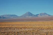 Der 5778 m hohe Schichtvulkan Vulkan Chiliques. Er erhebt sich 1000 m  über das umgebende Terrain und hat einen Krater mit 500 m Durchmesser.