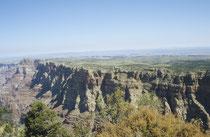 Bereits vor über 3000 Jahren lebten Menschen im Bereich des Grand Canyon. Die Desert Culture genannten Indianer waren Jäger und Sammler, die Körbe und Sandalen herstellen konnten und mit Speerspitzen aus Stein auf die Jagd gingen.
