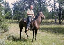 """Als Angestellter des Parks hatte ich viele Vergünstigungen. So durfte ich beispielsweise jeweils """"mein"""" Pferd ausleihen und durch die weglose Weite des Parks reiten, inmitten von unberührten Wäldern und entlang einsamer Seen, ohne bezahlen zu müssen."""