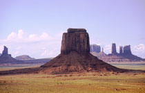 Das Monument Valley umfasst ca. 120 km2, es ist also riesig. Die Tafelberge sind gewaltig und ragen bis zu 300 m über die Hochebene des Colorado-Plateaus. Die rote Farbe der Felsen resultiert aus Eisenoxid, das in den Gesteinsschichten enthalten ist.