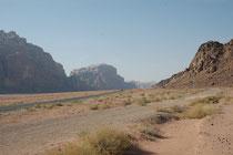 """""""Unermesslich vom Echo widerhallend und göttlich"""" - so charakterisierte Lawrence von Arabien die grösste und eindrucksvollste Wüstenlandschaft Jordaniens, das Wadi Rum. 1962 wurde hier auch der legendäre Historienfilm """"Lawrence of Arabia"""" gedreht."""
