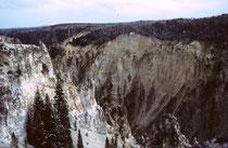 """Schon früh war der Yellowstone ein wichtiger Transportweg der Indianer. 1806 wurde er von William Clark erkundet (auf der Rückreise von der Lewis-und-Clark-Expedition). Der """"Grand Canyon of the Yellowstone"""" mit seinen Wasserfällen ist fast 400 m tief."""