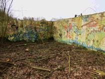 Brandruine des antiken Spielhauses am Weiher - vom Wildwuchs befreit