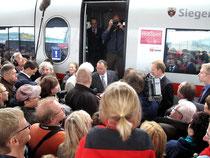 Bürgermeister, Landrat und ein DB-Konzern Bevollmächtigter bei der Zugtaufe (Aufnahme: Margit Kemper, Siegen)