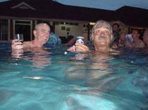 Roger und Michael bei der Pool Party