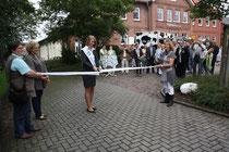 Die Nordmilchkönigin Fr. T. Erchinger durchschneidet das Band