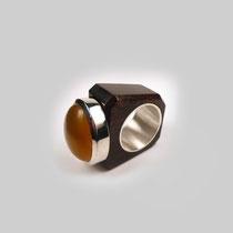 Ring aus Grenadill und Silber in rechteckiger Form. Auf dem Tableau schimmert ein milchiger Citrincabouchon.