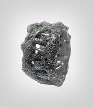 Ring in dunklem Silber, unterschiedlich starke Taufäden verspinsten sich zu einem Band.