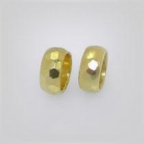 Ringe in Gold mit dominanter Hammerschlagtextur.
