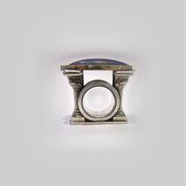 Figuraler Ring in Silber und Gold, die beiden Säulen halten einen navetteförmigen Lapislazuli.