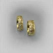 Ringe in Gold, die leichte Wölbung ist mit quer verlaufenden Einkerbungen versehen.