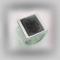 Breiter Ring mit viereckig gefasstem Wappenstein aus Onyx.